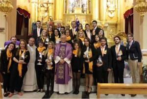 Los jóvenes organizadores del evento junto a Mons. José Manuel Lorca Planes tras la eucaristía.