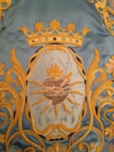 Anverso del capuz en el que podemos observar uno de los símbolos del Paso Azul.
