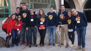 Foto de grupo con Manolo Lara, encargado de juventud de la Delegación Diocesana de Hermandades y Cofradías. Además, se puede apreciar la sudadera.